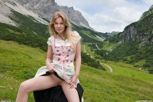 Belinda-Sexy-Dirndl-60tlpqerhu.jpg
